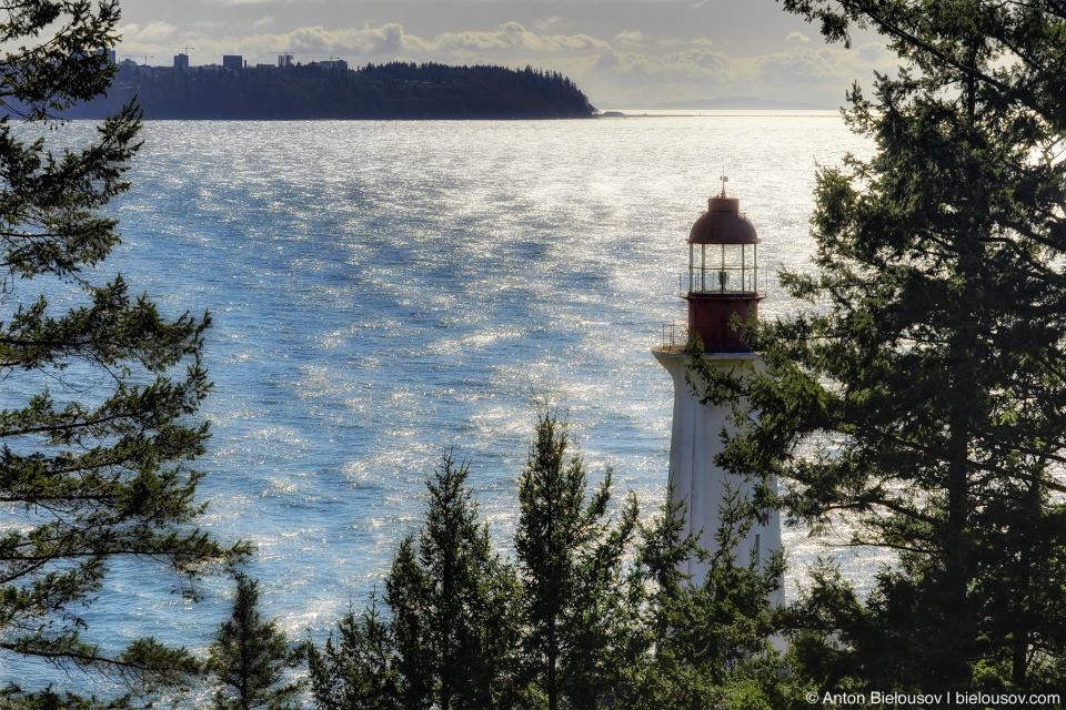 Маяк в парке Lighthouse Park в западном Ванкувере