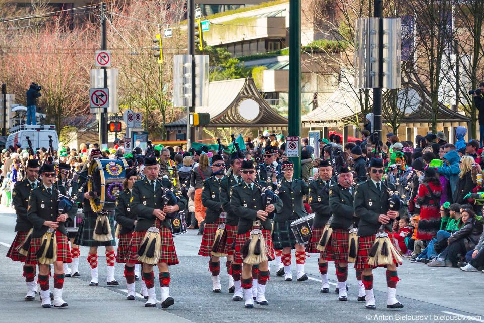 Марширующий оркестр на параде Святого Патрика в Ванкувере