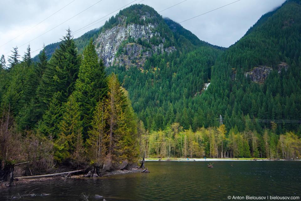 Вид на озеро Buntzen Lake и водопад на горе Eagle Mountain