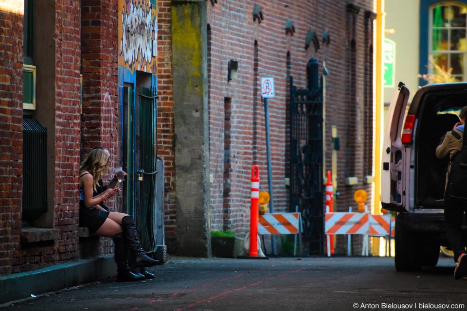 Помимо бездомных к проблемам Виктории относят попрошайничество, мусорничество и открытое употребление наркотиков на улице. Могу сказать, что даунтаун здесь чище Ванкуверского, и такого пиздеца как на East Hastings мне тоже не попадалось. А открытое употребление — оно и в Торонто имело место быть: у нас либерализм, фиг ли.
