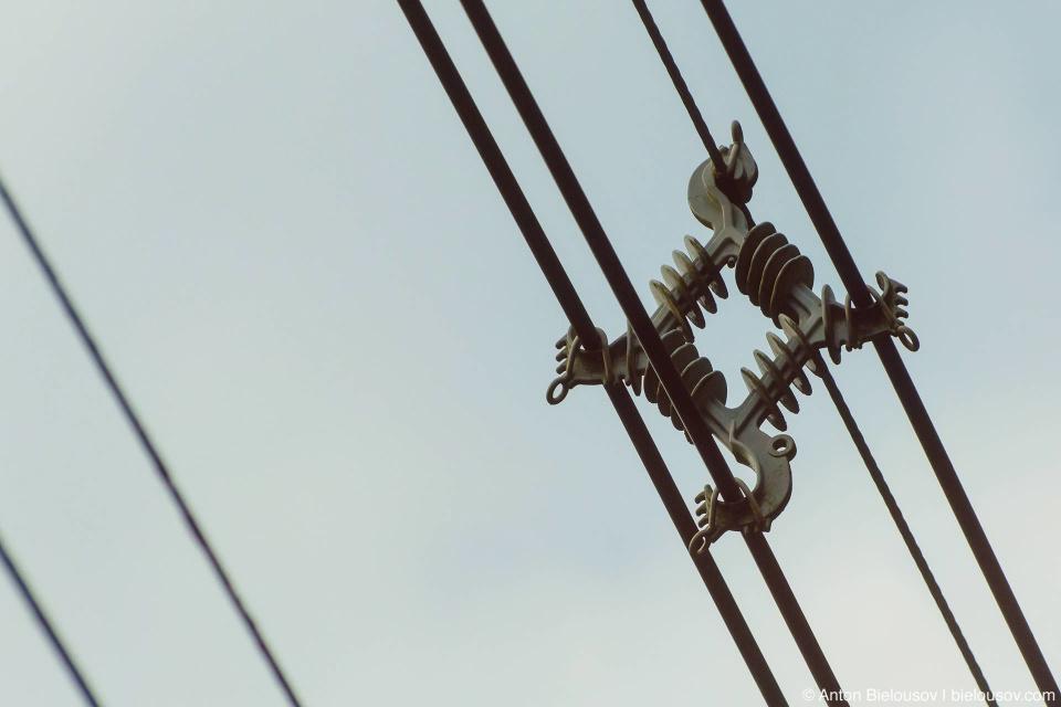 Очевидно, остров бывает подвержен сильным штормовым ветрам — все провода здесь обязательно с такими разделителями.