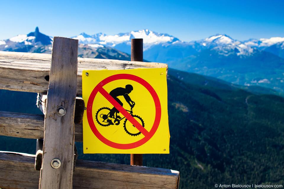 Знак спуск на горных велосипедах запрещен (Whistler, BC)